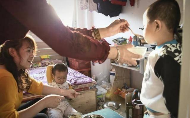 """""""喝你一口奶茶又不会死"""",奶奶强势护娃,女子回怼:我有肺结核"""