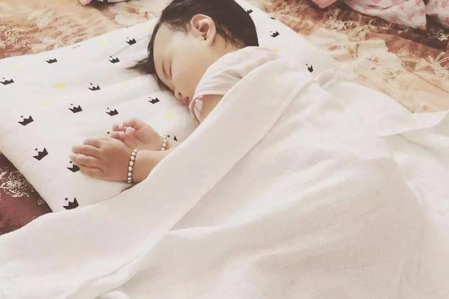一睡二哭三攒肚,新生儿每个月份的发育口诀,新手爸妈记住了吗