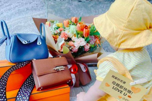 安以轩520收两个爱马仕包包,价值10万,霸道总裁老公宠妻不手软