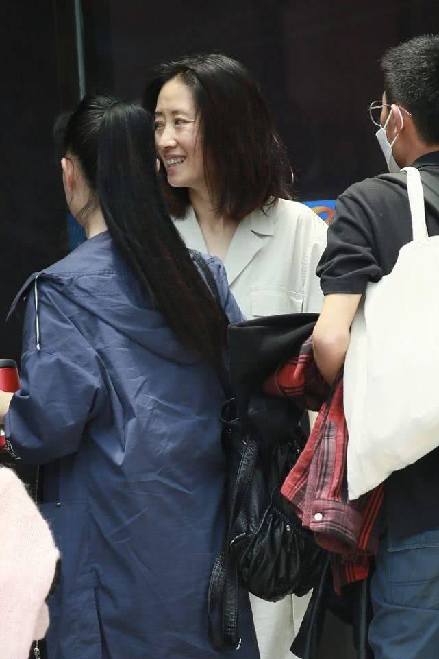 原创刘敏涛打扮的很时髦,但素颜也很真实,眼角有了皱纹也是事实!
