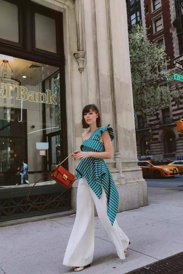 斜肩设计譬喻领更适合宽肩女孩,夏日必备的单品,让你穿搭更自在
