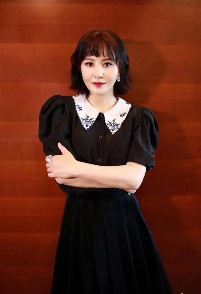 陶红终于剪掉十年长发,穿娃娃领配齐刘海短发,51岁嫩回31岁!