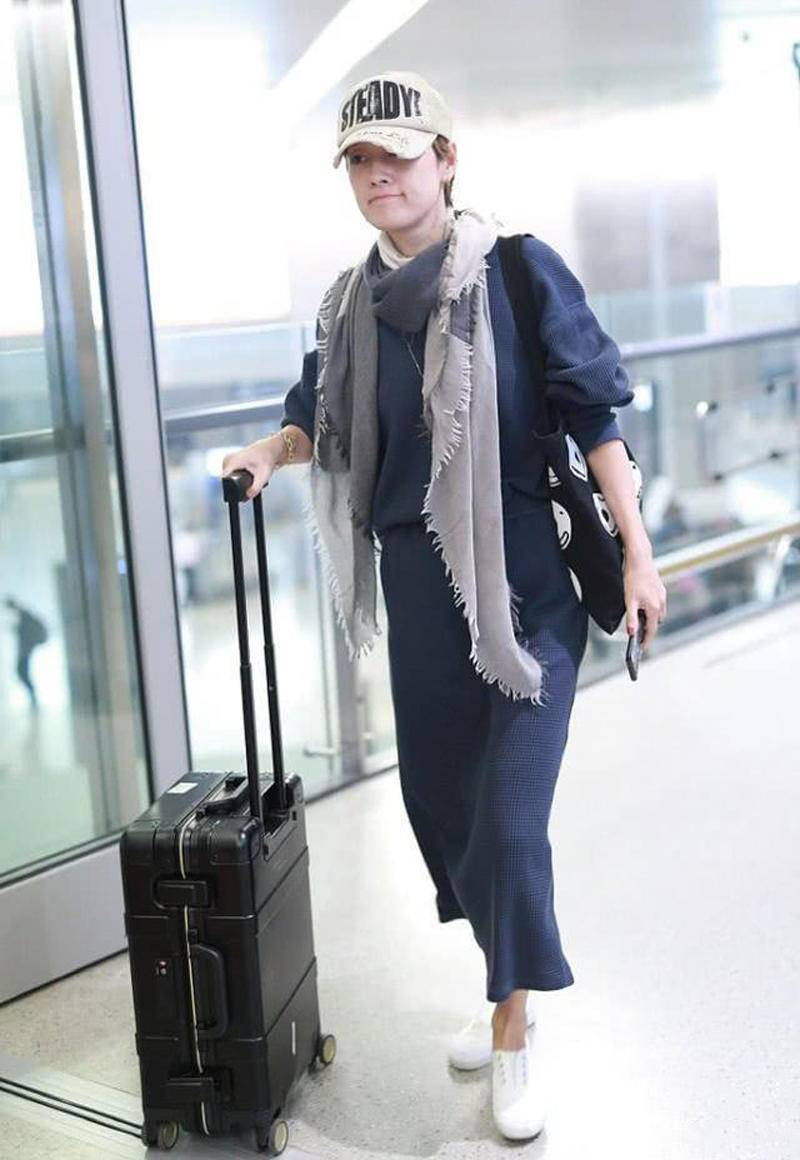 风衣搭1600元白T潇洒有型,手腕大金链显阔气马伊琍穿黑风衣走机场