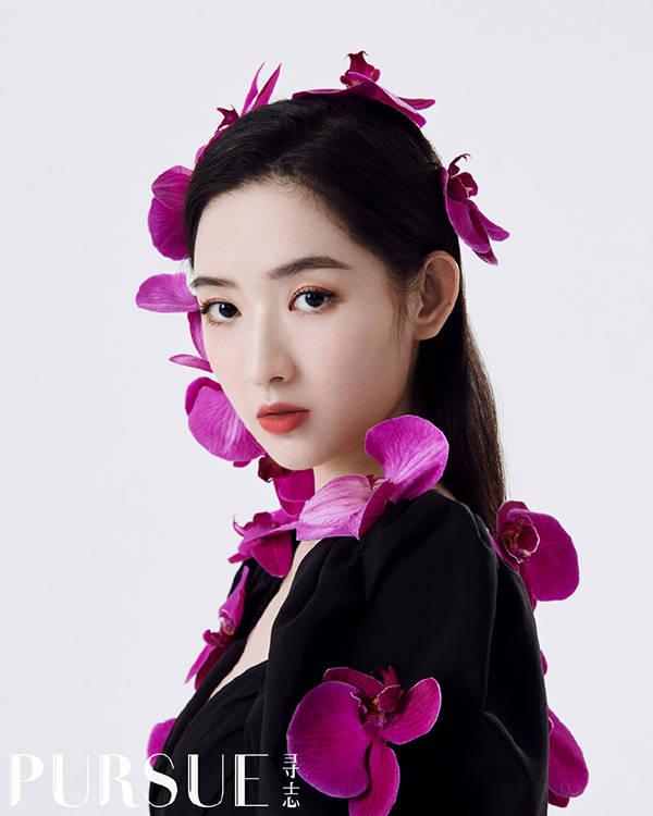 """王玉雯时尚杂志拍摄花絮曝光,化妆台上的""""鱼小姐口红""""亮了"""