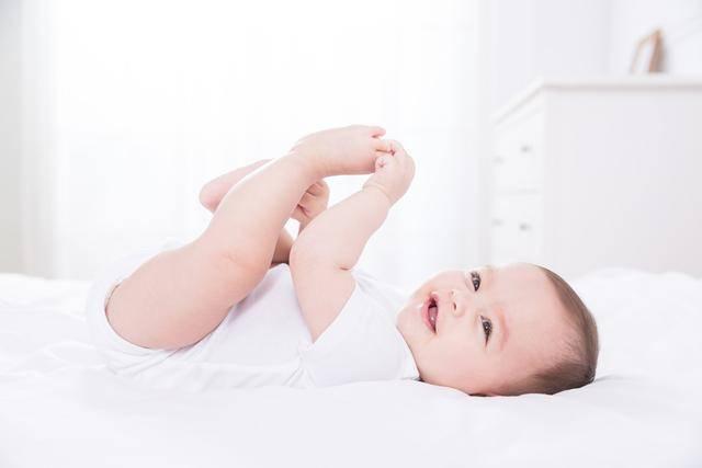 辟谣,母乳宝宝晚上喝奶粉睡得好,更聪明?事实和你想的不一样左手敬礼