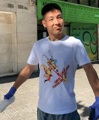 武磊六一儿童节晒宝贵影象,戴红领巾演出颠球,同学们为他瘋狂欢呼!