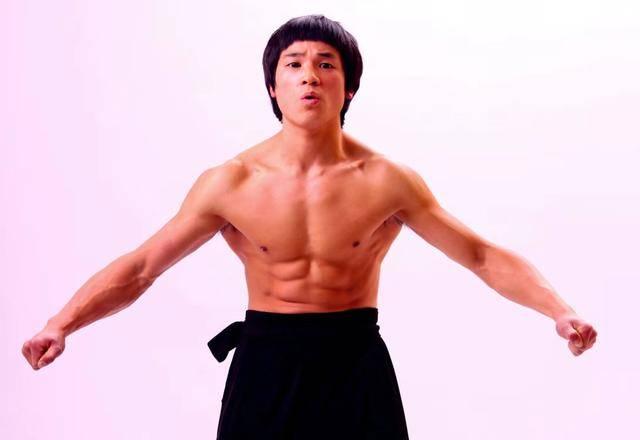 『李小龙』你们都老了我还年轻,现代李小龙:我能一打二灭掉一龙播求