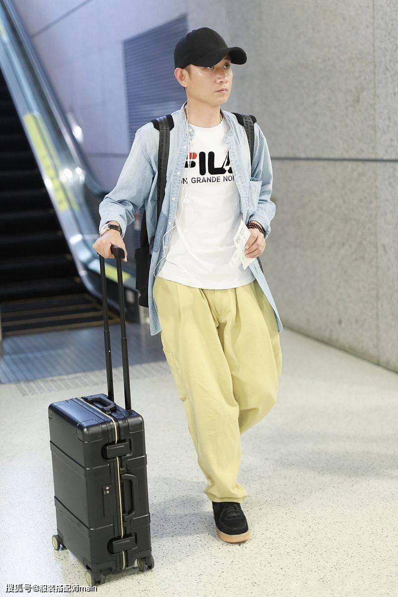 文章现身机场体态消瘦,穿背带裤显松垮,一旁妈妈时髦服装更抢镜