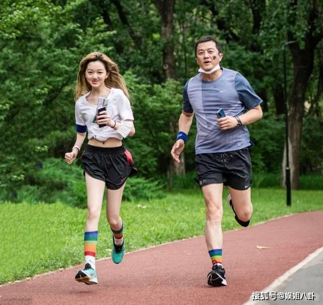 李亚鹏和女儿一起跑步,李嫣长发飘飘超气质,