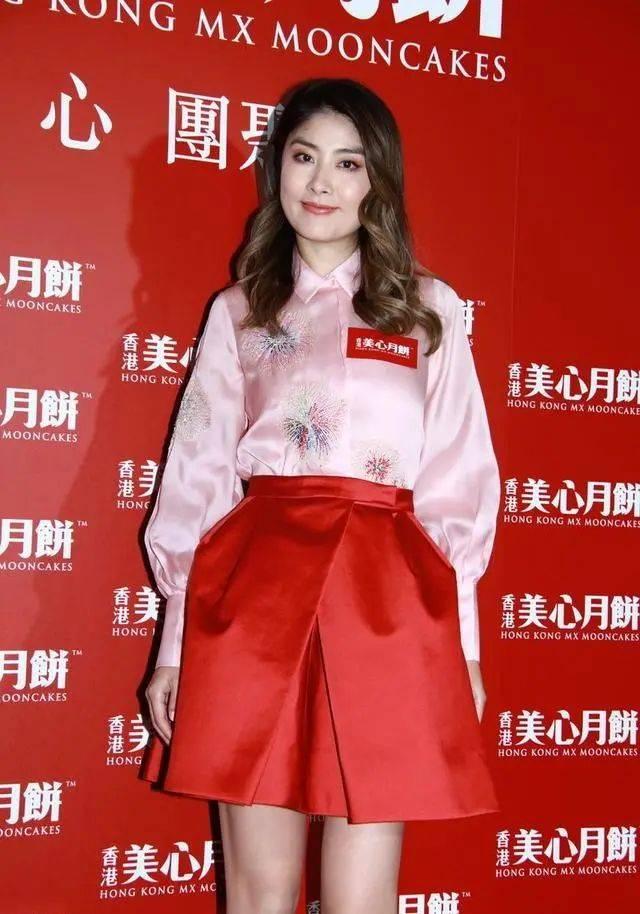 陈慧琳中年发福脸上都是肉,但照样那么清纯,圆脸也很大气优雅!