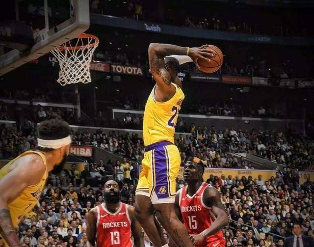 了解篮球的朋友们都知道,篮球在赛场上主要分为前锋,中卫和后卫三个位置