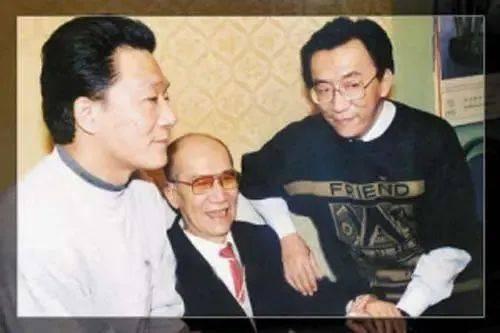 73岁侯耀华穿潮服戴大金表,状态似小伙,家财万贯却热衷走穴赚钱