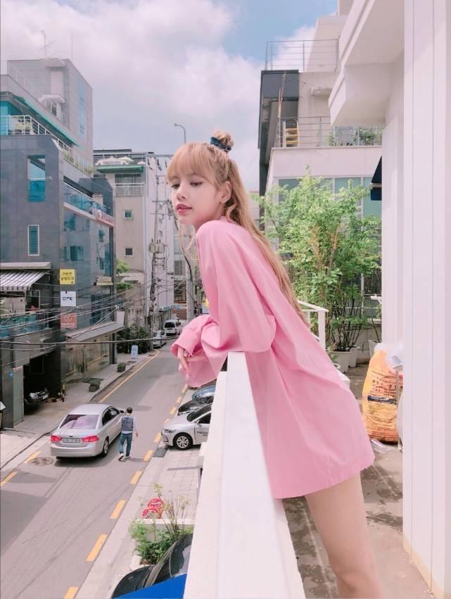 """Lisa彩妆大片释出,一袭梦幻紫色连衣裙,瞬间化身""""人间芭比"""""""