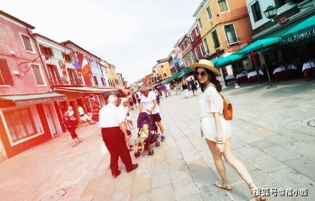 陈若仪生三娃还是童颜,穿白色连衣裙在国外度假,依旧少女感爆棚