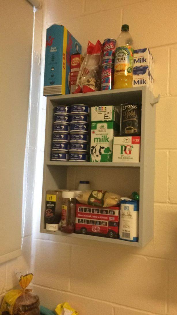 原创 英国囚犯网上晒牢房生活,牛奶饼干堆满柜,还有电视游戏机