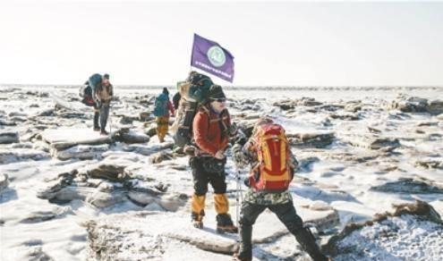 他,在冰海中徒步——盘锦红海滩