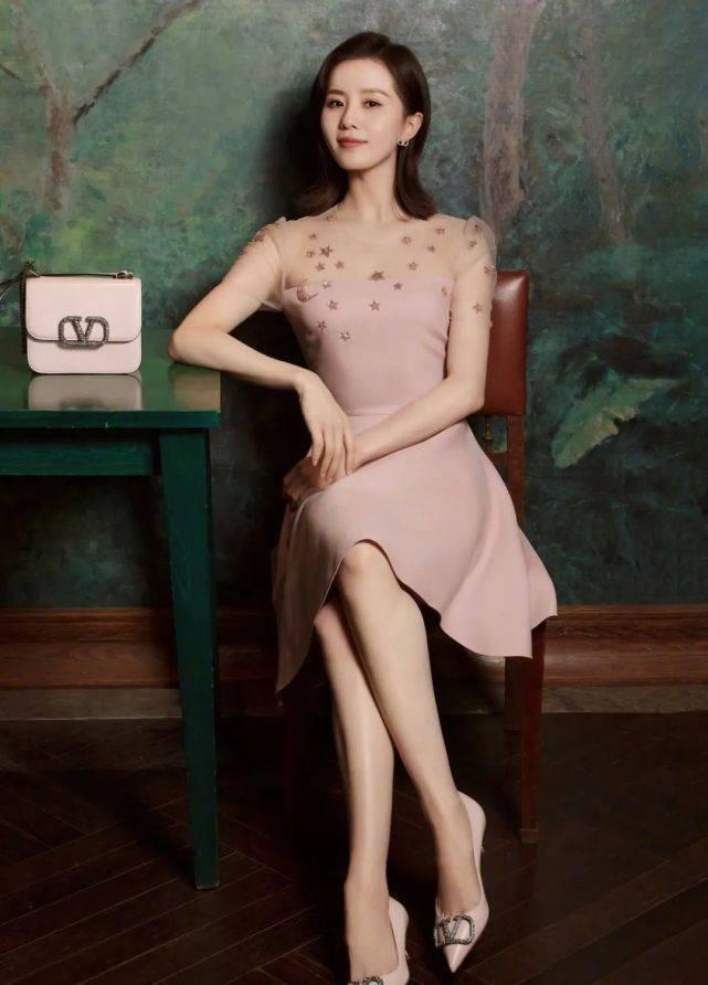 """原创             刘诗诗出席活动,身穿荷叶边露肩格纹裙秀""""天鹅颈"""",颜值太吸睛"""