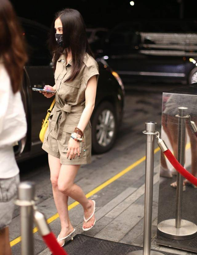 原创             30岁就别跟风穿老爹凉鞋,太廉价,这3款凉鞋时髦高级,女星都爱