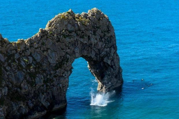 原创 劝也劝不住,英国小伙从网红景点悬崖背向跳水,旁观游客:太蠢了