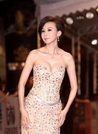 """51岁萧蔷一点不服老,紧身牛仔裤配白色上衣""""显嫩""""又时尚!"""
