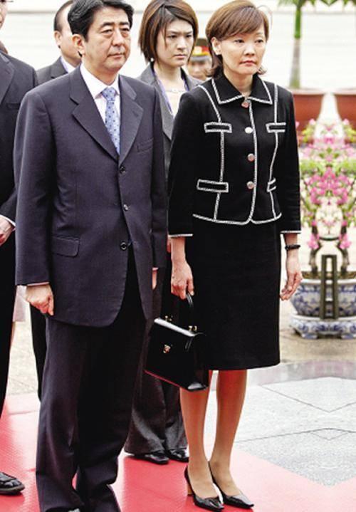 原创 日本首相安倍年收入254万,65岁还没生娃,千金妻子会打扮还爱玩