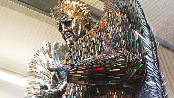 世界最悲伤的雕像,用10万把刀打造,每把背后都有一个故事