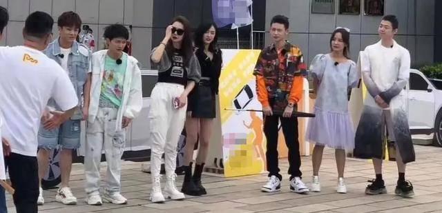 明星学车综艺开录,吴宣仪穿厚底靴惹争议:穿成这样怎么练车?