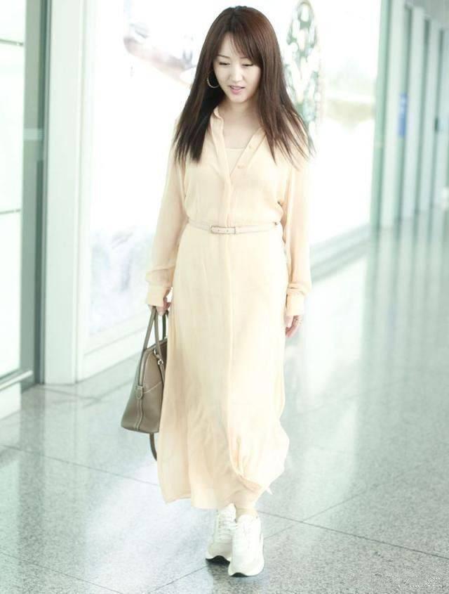 """原创             论扮""""嫩""""杨钰莹绝对有话语权,牛仔夹克配印花裙,满屏的少女感"""
