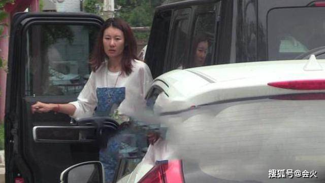 王宝强女友近照曝光,开男友豪车上班,从头到脚都是奢侈品超吸睛