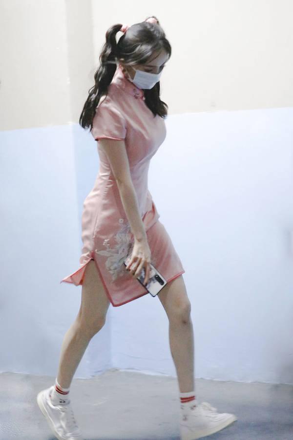 杨幂扎双马尾穿旗袍亮相,腰细腿长太性感,超S身材娱乐圈少有