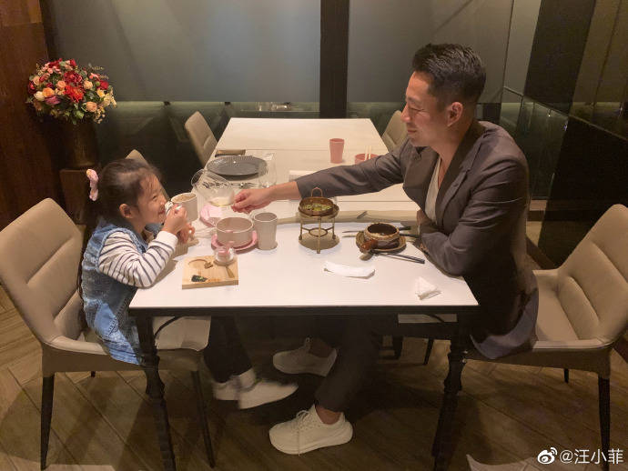 汪小菲晒女儿玩耍照,半年天天跟女儿黏一起,6岁玥儿超像妈妈大S