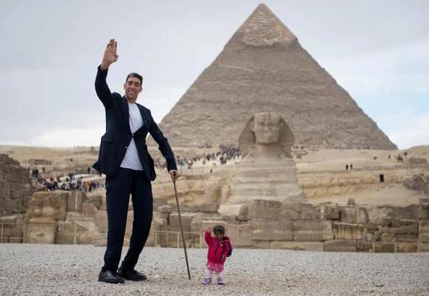 原创             和世界最高的人合影!坎特只到他的肩膀,姚明还比他矮25厘米