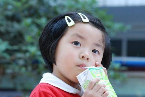 医生叮嘱:这3种牛奶别再喂孩子,喝多了伤肠胃,家里有的快扔掉