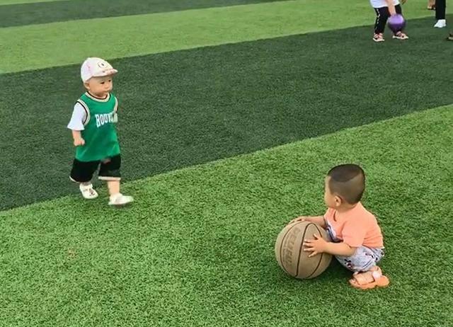 """[篮球]篮球被抢走要不回,无助模样惹人怜,宝宝在操场玩耍遇""""硬茬子"""""""