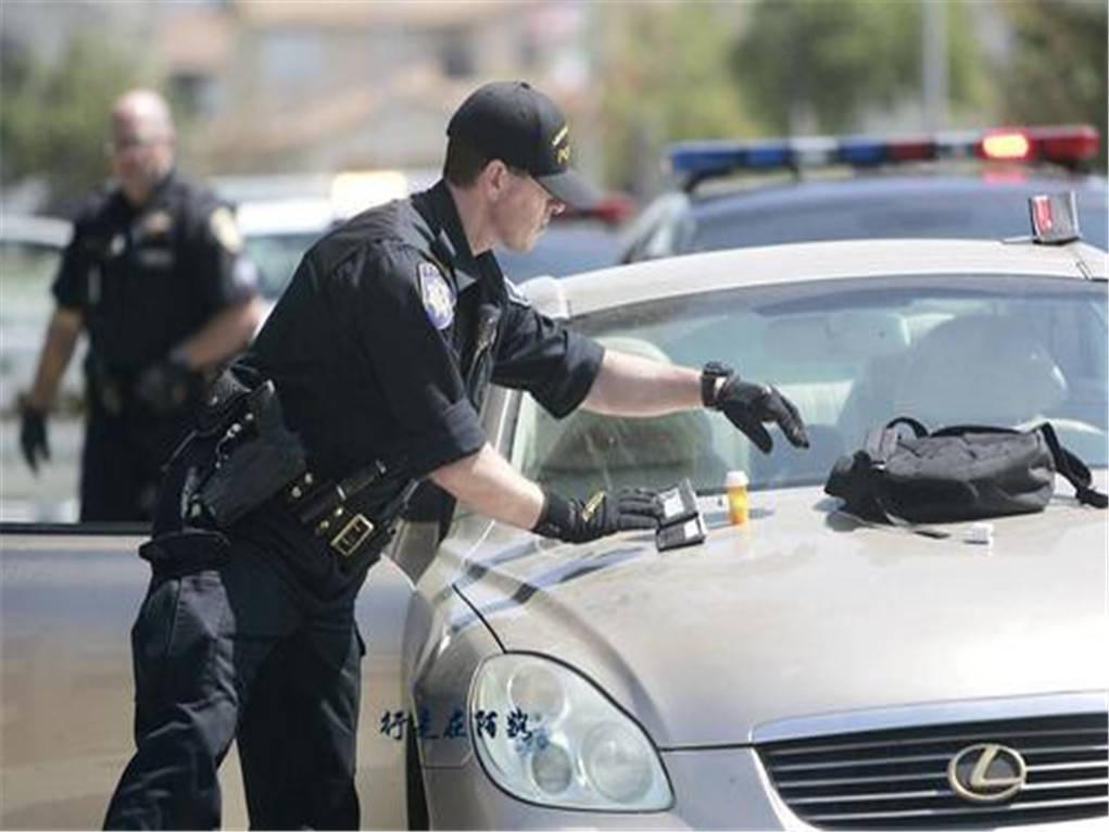 2名警察仅10分钟就横尸街头,黑人特种兵出手干脆,白宫:不影响大选