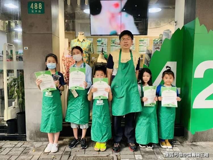 """上海慈善超市来了一群""""小当家"""",无形中温暖社区周边很多人"""