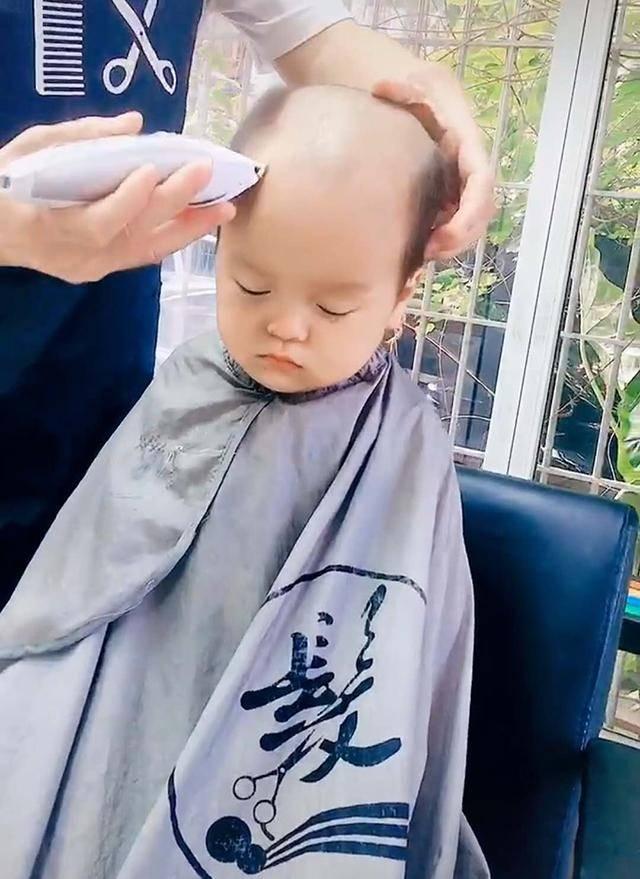 妈妈带娃去理发,理发师一阵操作猛如虎,新发型让宝宝生无可恋