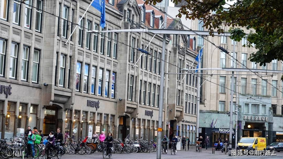 """""""地摊经济""""国内火了,而荷兰海牙的街头菜市场已经存在了很多年"""