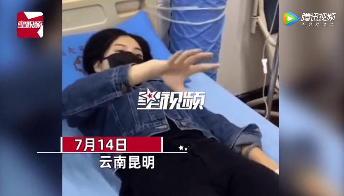 美丽少女吃野生菌中毒被送入医院 躺在病床上不停比划行为怪异