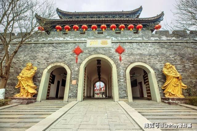 """重庆花35亿建了座新""""古城"""",免费开放可惜人迹罕至,游客来只为上厕所"""