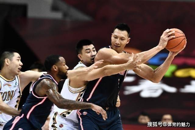 孙铭徽和周鹏相撞后重摔在地衡,易建联第一时间拉起对手