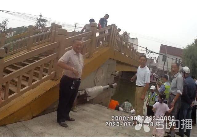 八坼GDp_苏州吴江八坼西塘街建新桥旁河边男子失意欲投河民警规劝释心结
