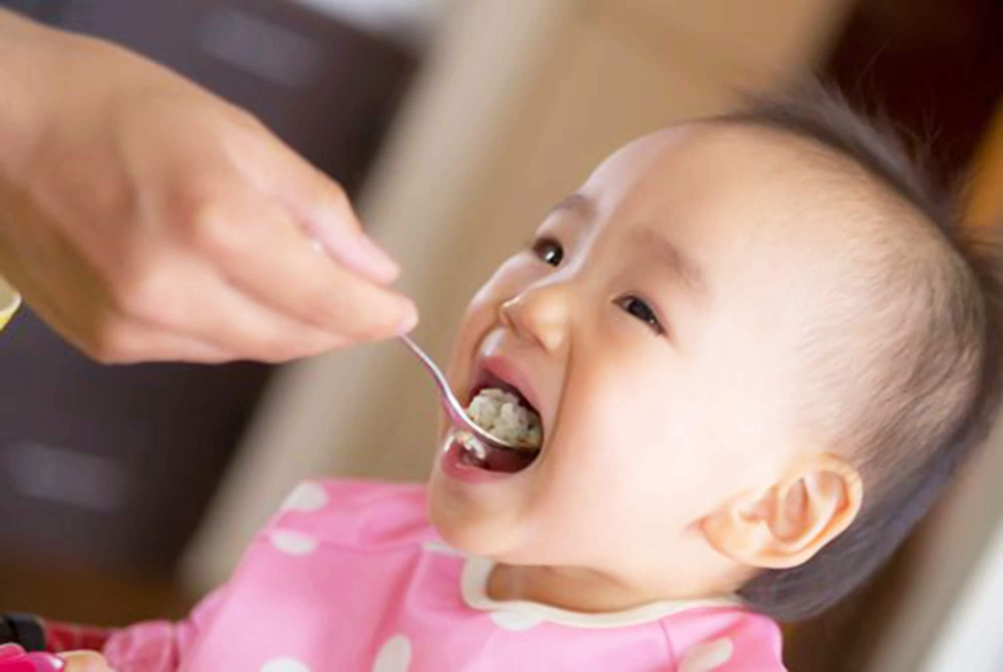 原创1岁半能吃大人饭了吧?世卫组织:和咀嚼能力有关,两类辅食别碰