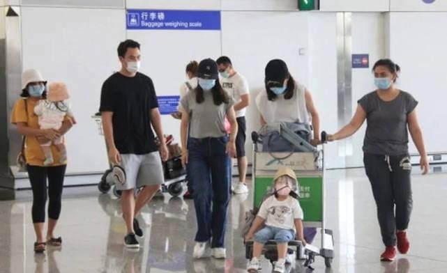 何猷启前妻回娘家,一人带俩孩子十分狼狈,母女三人挤公交像落难