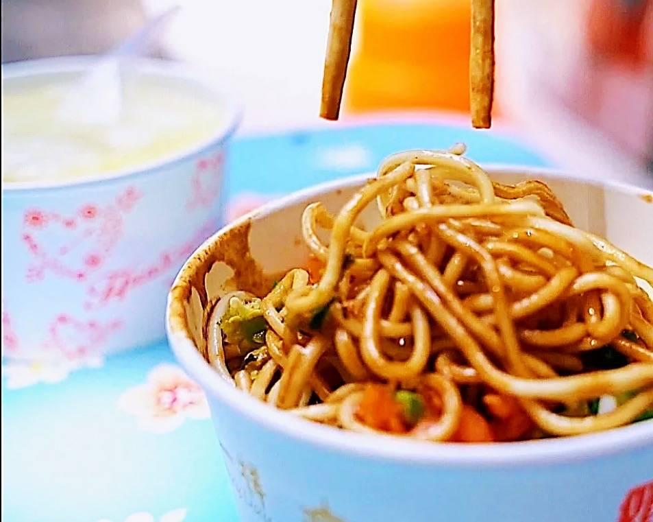 谢霆锋现身武汉街头吃热干面 那比品牌老店好吃太多了