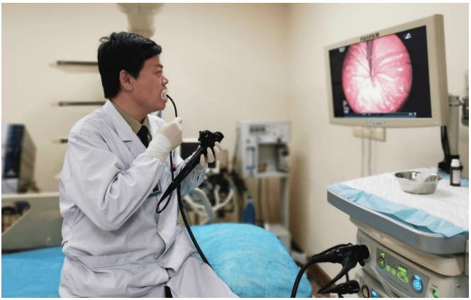 为消除患者恐惧,消化内科医生给自己做了个胃镜