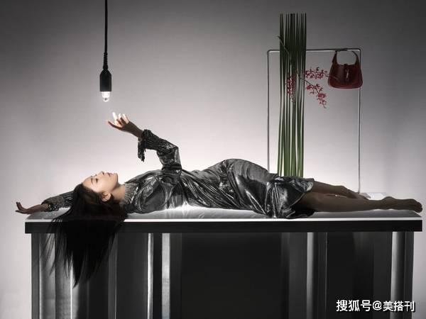 原创杨幂终于抛弃厚刘海了!最新大片中分长发时髦大气,颜值又回来了