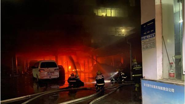 广西梧州:小车突然起火,消防紧急扑救