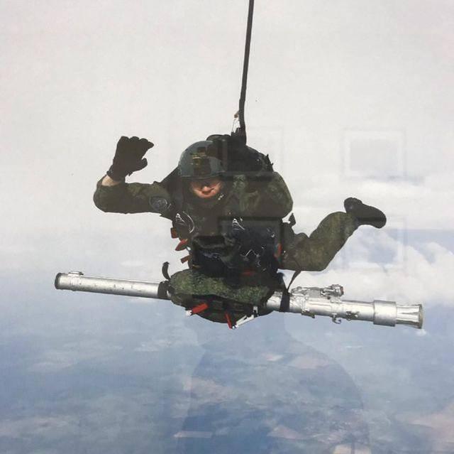 人型战斗机!俄空降兵跳伞,腹部竟挂着防空导弹,空中能开火吗?