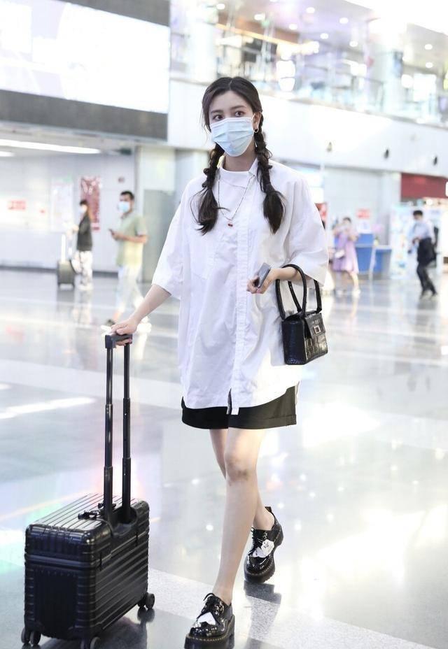 宋妍霏现身走机场,一身学院风眼影配双麻花辫,玩歪头杀心情好